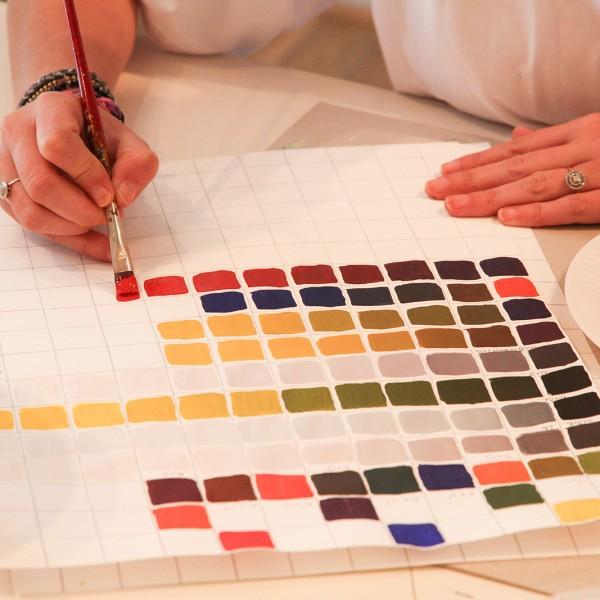 Un cours sur les couleurs à l'académie de la décoration